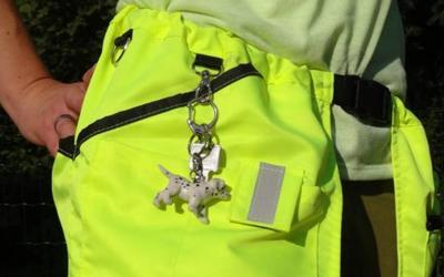 Tasche für das Handy auf der rechten Seite und eine kleine Reißverschluss-Tasche für Schlüssel, Doggy Bags etc.