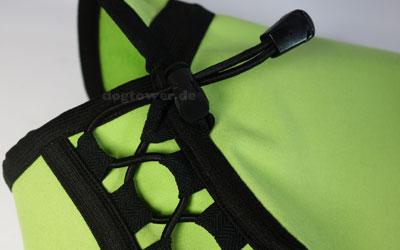 Durch Schnürung individuell einstellbar im Brustkorbbereich