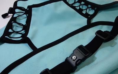 Schnürung im Hals- /Brustkorbbereich ermöglicht stufenloses Anpassen