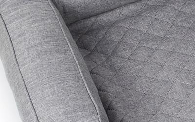 Schöner und eleganter Sofaüberwurf im Strukturpolsterstoff